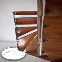 I materiali in una scala Di Gregorio sono: faggio, rovere, castagno, ciliegio, toulipier abbinati ad elementi innovativi in acciaio, vetro, ferro
